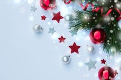 Decoración de estrellas, rama del ` s de la Navidad y del Año Nuevo del pino y de las bolas del árbol de navidad en fondo del inv Imágenes de archivo libres de regalías
