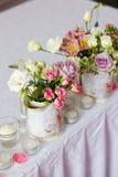 Decoración de flores en florero del hierro Fotografía de archivo