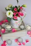 Decoración de flores en florero del hierro Fotos de archivo