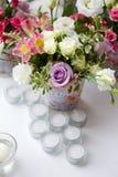 Decoración de flores en florero del hierro Fotografía de archivo libre de regalías