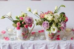 Decoración de flores en florero del hierro Imágenes de archivo libres de regalías
