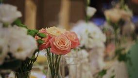 Decoración de flores en la tabla de la boda almacen de metraje de vídeo