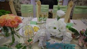 Decoración de flores en la tabla de la boda metrajes