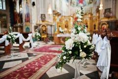 Decoración de flores en los floreros en la iglesia en ceremonia de boda Foto de archivo