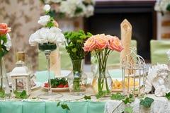 Decoración de flores en una tabla de la boda en restaurante Imagenes de archivo