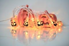 Decoración de Halloween con las linternas de las calabazas imagen de archivo