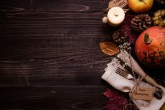 Decoración de la acción de gracias con los cubiertos y la servilleta en la tabla de madera, visión superior Copie el espacio Imagen de archivo libre de regalías