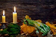 Decoración de la acción de gracias del otoño con las velas y la calabaza Fotos de archivo libres de regalías