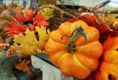 Decoración de la acción de gracias y de Halloween con una calabaza Caída, otoño Fotos de archivo libres de regalías