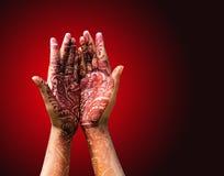 Decoración de la alheña (mehendi) en la mano de una novia hindú Foto de archivo