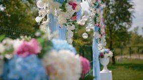 Decoración de la boda Arco con las flores naturales metrajes