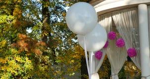 Decoración de la boda con el baloon blanco almacen de metraje de vídeo