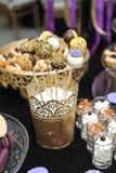 Decoración de la boda con las diversas piruletas en ayuda, magdalenas, merengues, molletes y macarrones de oro Elegante y lujoso Fotos de archivo libres de regalías
