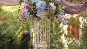Decoración de la boda con las flores y los cristales metrajes