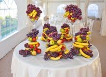 Decoración de la boda con las frutas, los plátanos, las uvas y las manzanas Fotos de archivo