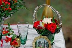 Decoración de la boda con los vidrios verdes y el florero con las flores de a Imagenes de archivo