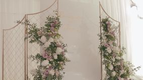 Decoración de la boda del restaurante Altar el casarse de oro adornado con los garlends de los soportes del verdor y de las rosas almacen de video