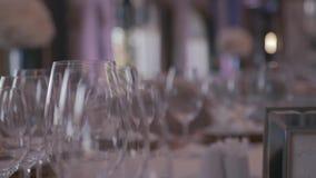 Decoración de la boda del restaurante Los vidrios chispeantes se colocan en ricos sirvieron las tablas de cena en un pasillo de m almacen de video