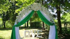 Decoración de la boda en ceremonia almacen de metraje de vídeo