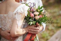 Decoración de la boda en el estilo del boho, arreglo floral, tabla adornada en el jardín Fotografía de archivo libre de regalías