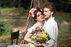 Decoración de la boda en el estilo del boho, arreglo floral, tabla adornada en el jardín Fotos de archivo libres de regalías