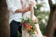 Decoración de la boda en el estilo del boho, arreglo floral, tabla adornada en el jardín Foto de archivo libre de regalías