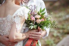 Decoración de la boda en el estilo del boho, arreglo floral, tabla adornada en el jardín Imagen de archivo