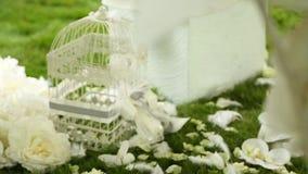 Decoración de la boda en la hierba almacen de video