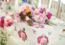 Decoración de la boda en la tabla Arreglos florales y decoración Arreglo de flores rosadas y blancas en el restaurante para el ev Foto de archivo