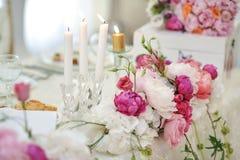 Decoración de la boda en la tabla Arreglos florales y decoración Arreglo de flores rosadas y blancas en el restaurante para el ev Imágenes de archivo libres de regalías