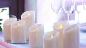 Decoración de la boda en la vela de la tabla y dos botellas almacen de metraje de vídeo