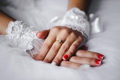 Decoración de la boda, en las manos de la novia foto de archivo