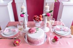 Decoración de la boda en rosa con las peonías Foto de archivo