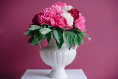Decoración de la boda en rosa con las peonías Imagen de archivo libre de regalías