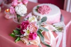 Decoración de la boda en rosa con las peonías Imágenes de archivo libres de regalías