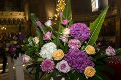Decoración de la boda en una iglesia Imagen de archivo libre de regalías
