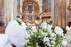 Decoración de la boda en una iglesia Fotografía de archivo libre de regalías