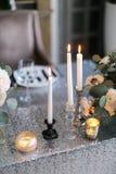 Decoración de la boda Interior Wedding Decoración festiva Las velas del burning en una tabla Imagenes de archivo