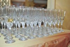 Decoración de la boda, vidrios de vino y flautas de champán o Imagen de archivo libre de regalías