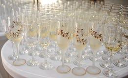 Decoración de la boda, vidrios de vino y flautas de champán o Foto de archivo