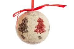 Decoración de la bola de la Navidad con la cinta roja aislada en la parte posterior del blanco Fotografía de archivo libre de regalías
