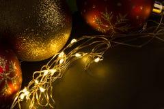 Decoración de la bola de la Navidad con las luces de oro Imagenes de archivo
