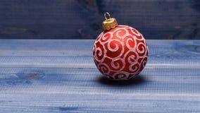 Decoración de la bola de la Navidad en fondo de madera del vintage azul Concepto de las vacaciones de invierno Adorne el árbol de imágenes de archivo libres de regalías
