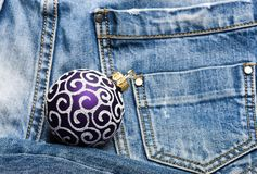 Decoración de la bola para el árbol de navidad en fondo de los pantalones del dril de algodón Adorne el juguete tradicional del á foto de archivo libre de regalías