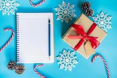 Decoración de la caja de regalo del marrón de la visión superior, del cuaderno y de la Navidad para n Imagenes de archivo