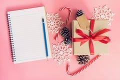 Decoración de la caja de regalo del marrón de la visión superior, del cuaderno y de la Navidad para n Fotos de archivo libres de regalías