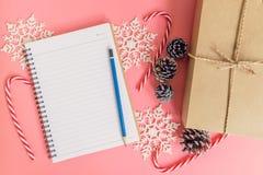 Decoración de la caja de regalo del marrón de la visión superior, del cuaderno y de la Navidad para n Imagen de archivo libre de regalías