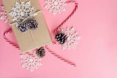 Decoración de la caja y de la Navidad de regalo del marrón de la visión superior por Año Nuevo encendido Fotos de archivo libres de regalías