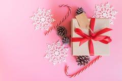 Decoración de la caja y de la Navidad de regalo del marrón de la visión superior por Año Nuevo encendido Fotos de archivo