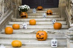 Decoración de la calabaza de Halloween en las escaleras Imágenes de archivo libres de regalías